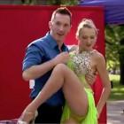 fata sexy danseaza salsa