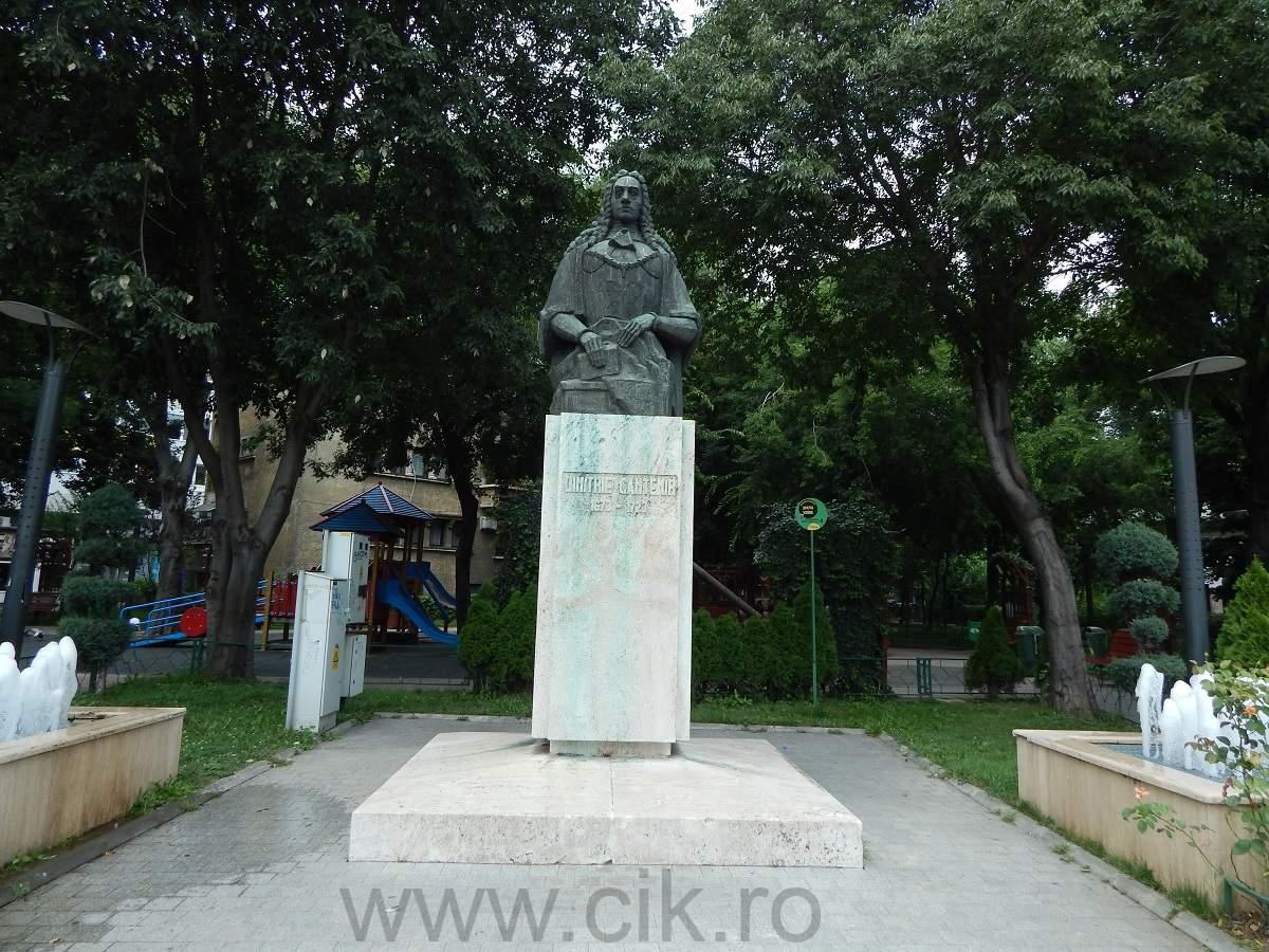 Statuie Dimitrie Cantemir