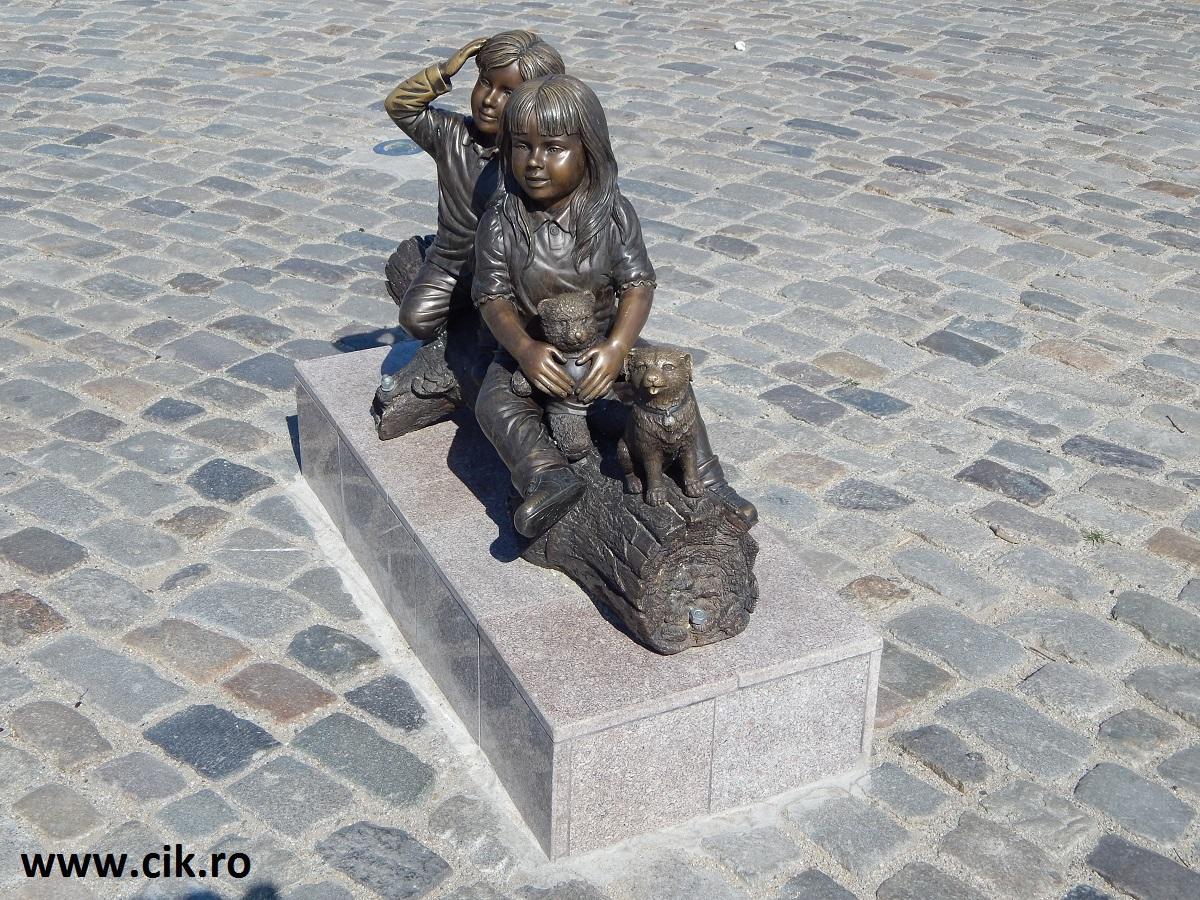 statuie copii urs catel