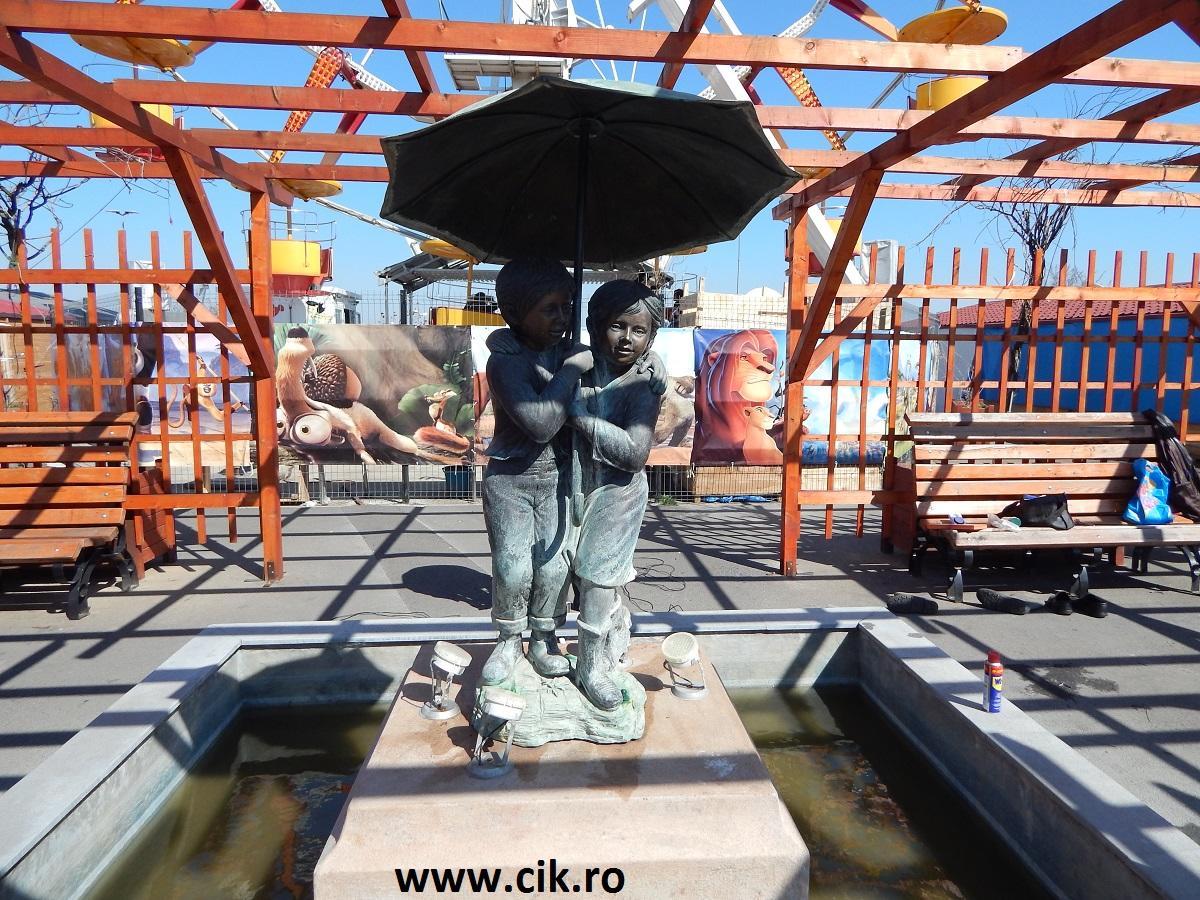 statuie copii umbrela