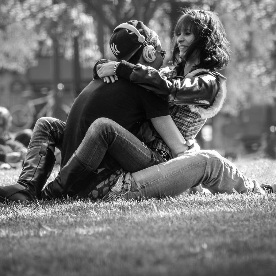 De multe ori ne apropiem doar pentru a ne indeparta si mai mult