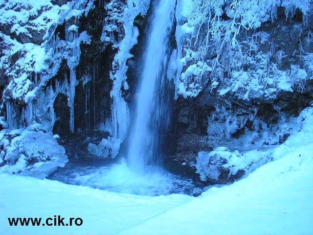 cascada urlatoarea busteni foarte frumoasa iarna